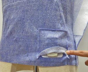 被介護者様やお子様の寝返り時などに負担のない位置にトランスミッタを配置。 下向きポケットのカバーつけることにより、就寝時などに間違って取り外すことを防止。